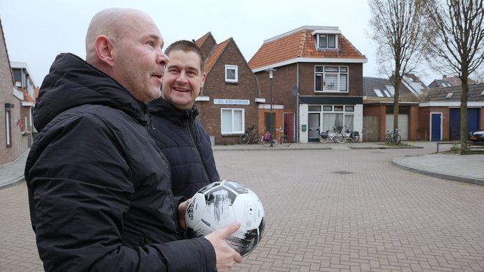 Oud-Eagle Dennis Hulshoff (l) in gesprek met verslaggever Dennis Arentsen.