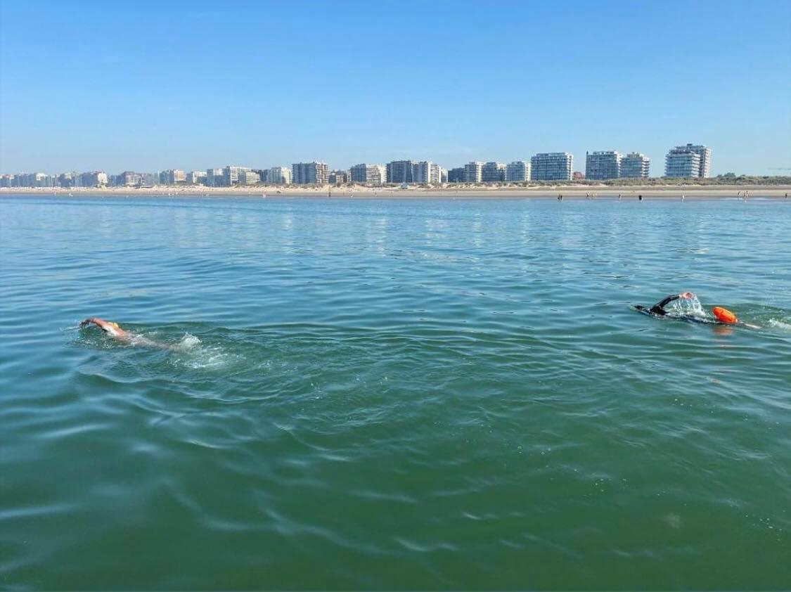 Matthieu Bonne zwemt de kustlijn af.