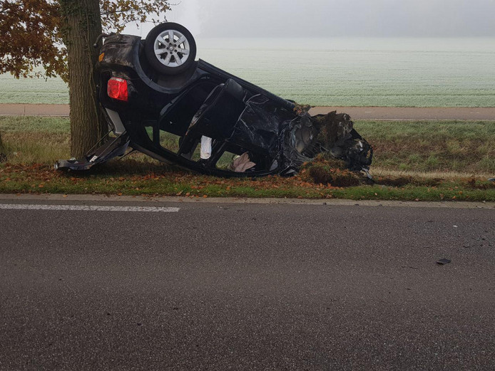 De auto sloeg over de kop na de botsing.