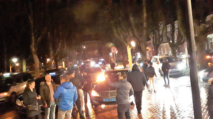 Actievoerende taxichauffeurs rond half drie 's nachts op de Parade.