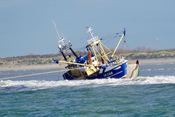 Een Urker vissersboot is vanochtend vastgelopen bij de Noordzeekust van Zuid-Holland.