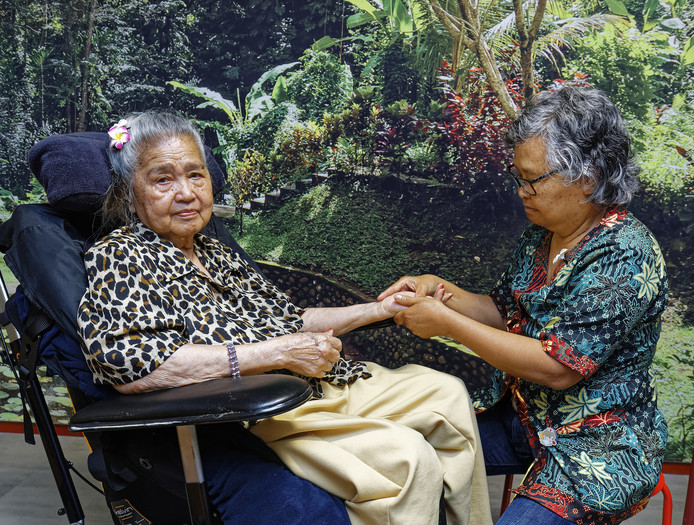 Een geluksmomentje in het Wereldhuis in Boxtel: de handen van mevrouw Wenehenubun worden liefdevol gemasseerd door medewerkster  Toeki Mangowirono.