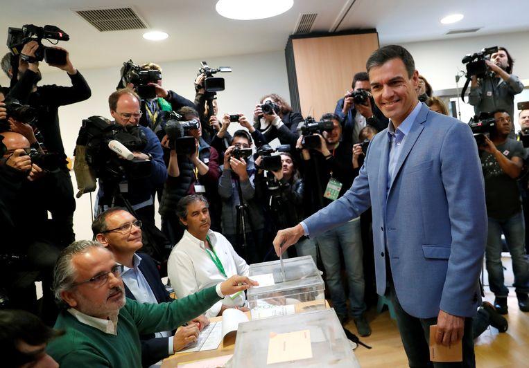 De huidige interim-premier Pedro Sánchez brengt zijn stem uit. Beeld null