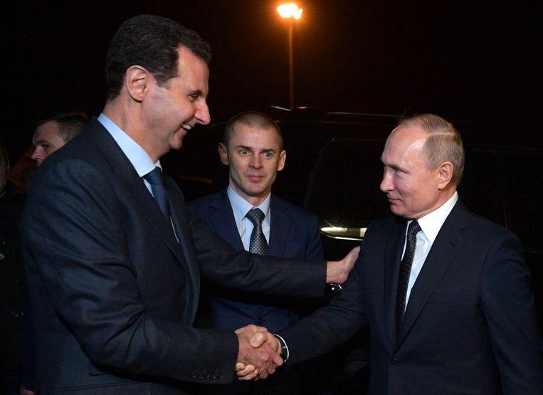 7 januari 2020: Assad en Poetin schudden elkaar de hand na overleg in Damascus. Beeld AFP
