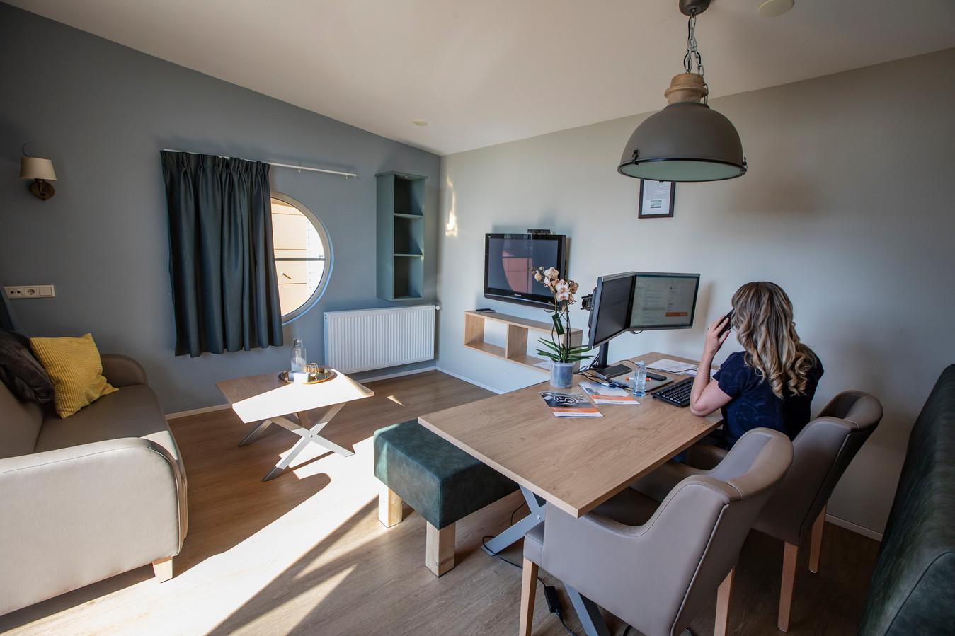 Een bungalow in vakantiepark vlugtenburg is omgebouwd tot kantoortje.
