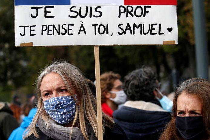 Twee vrouwen brengen hulde aan Samuel Paty in Parijs.