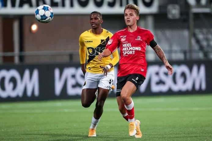 Joshua Bohui wordt de voet dwars gezeten door Dean van der Sluijs van Helmond Sport.