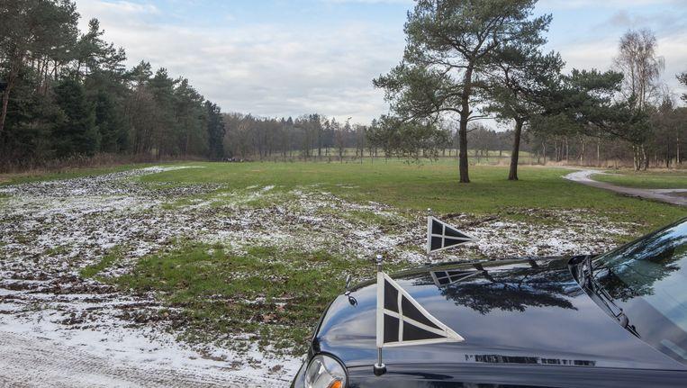 Een lijkwagen bij natuurbegraafplaats de Heidepol in Schaarsbergen, Gelderland. Beeld Harry Cock / de Volkskrant