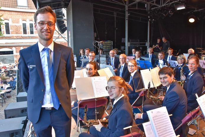 De Stadsharmonie Wervik tijdens de zomerkermis vorig jaar in hun nieuwe outfit en met een nieuwe dirigent Wouter Vercruysse.