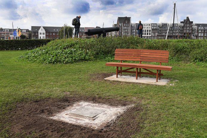 Het coronabankje op Bekaf in Grave. Voor het bankje is een plaquette geplaatst.