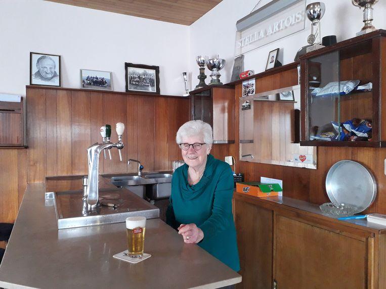 Paula Laermans (91) achter de toog van Café Van Der Velpen