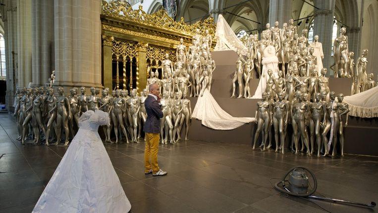 Couturier Mart Visser bekijkt maandag zijn installatie in De Nieuwe Kerk in Amsterdam.. Beeld anp