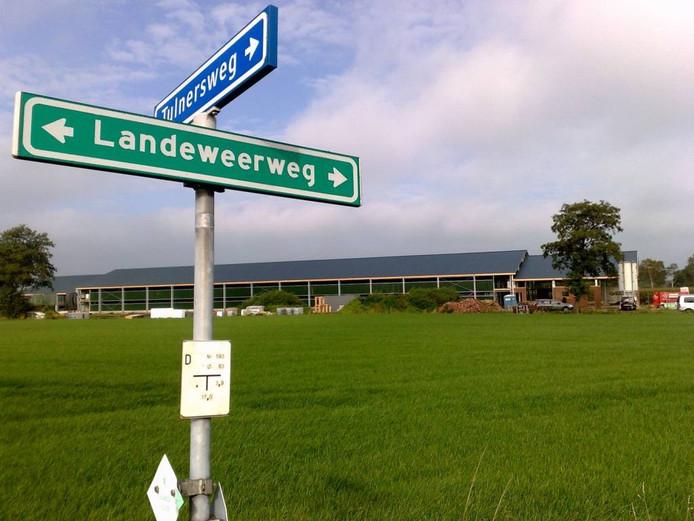 De stal gezien vanaf de splitsing van de Tulnersweg met de Landeweerweg.