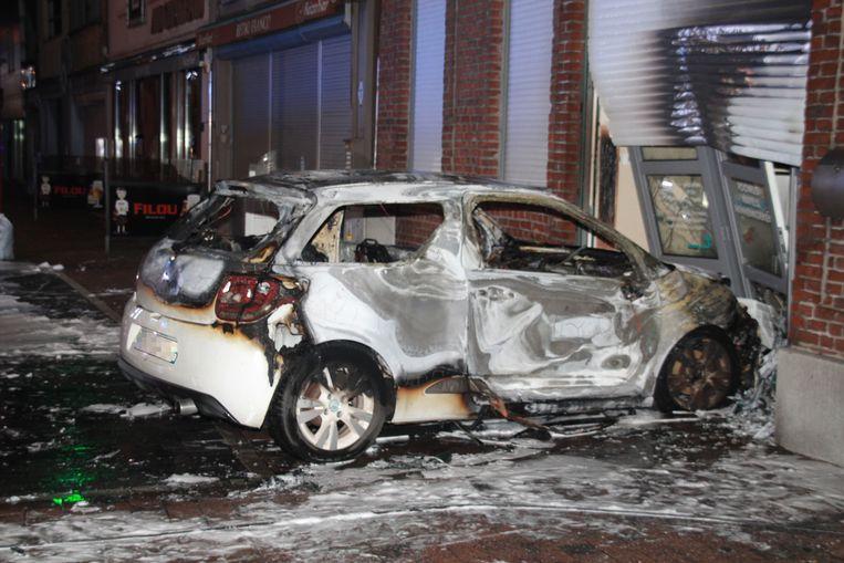 De gestolen wagen werd vermoedelijk in brand gestoken met brandversnellers.