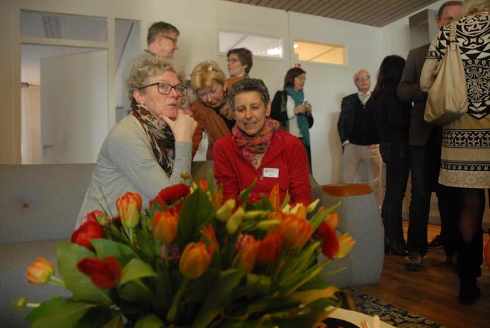 Coise Vos en Anita van Nuland (op de voorgrond) behoren tot de groep van ongeveer 75 vrijwilligers waarover het Vicki Brownhuis beschikt.