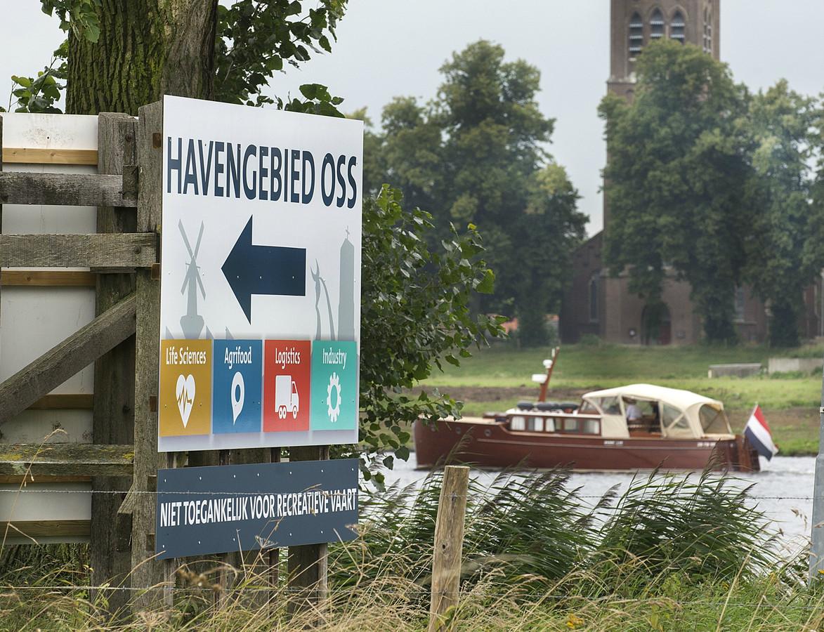 Bij Maasbommel is de toegang van de Maas naar de Osse haven.
