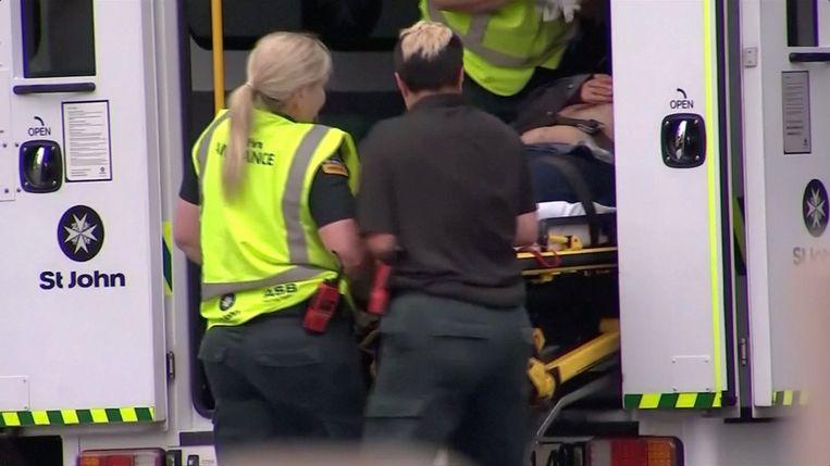 Gewonden worden naar het ziekenhuis gebracht.