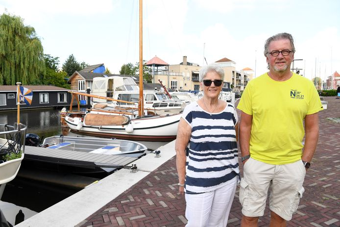 Lia Oostvogels en Ruud van Osta, vrouw en goede vriend van Piet, aan de kade in de haven van Steenbergen. Hier kwam Piet graag.