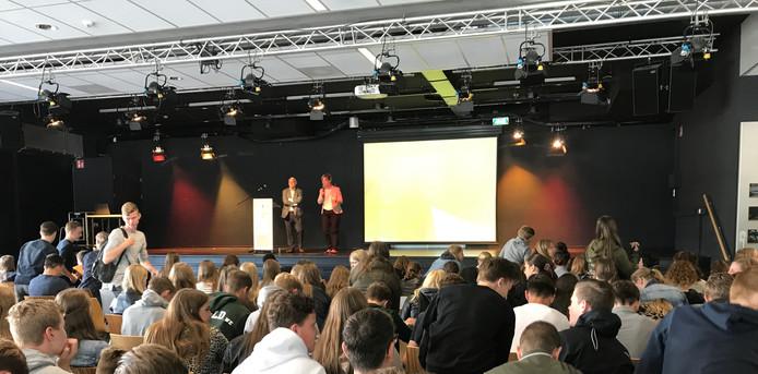 Jac van Lieshout en rector Monique van Roosmalen maken bekend dat de lezing niet door gaat.