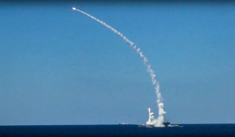 Een Russisch schip in de Middellandse Zee vuurt in 2017 een Kalibr-kruisraket af op IS-posities in Syrië. Moskou zegt dat de marineschepen die nu nabij Syrië zijn, een oefening houden. Beeld null