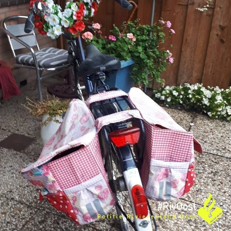 De tas van het slachtoffer werd uit haar fietstas gestolen.