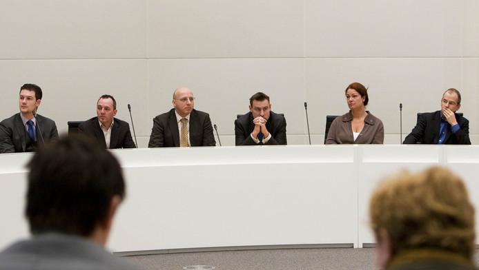 Jeltje van Nieuwenhoven en Marnix Norder (L) (op de rug gezien) van de PvdA zitten tegenover PVV-leden Machiel de Graaf (2eL), Sietse Fritsma, Richard de Mos, Karen Gerbrands en Arnoud van Doorn (VLNR) tijdens de definitieve uitslag van de gemeenteraadsverkiezingen in Den Haag. © ANP