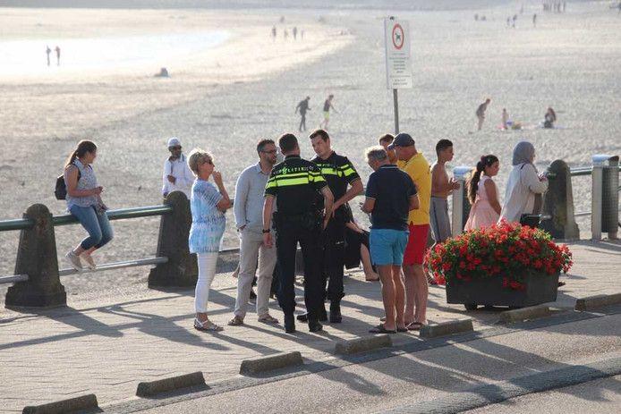 Politieagenten praten na met badgasten.