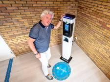 Dit apparaat meet je temperatuur én ontsmet je handen bij kantoren en winkels