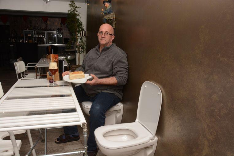 Het café 't Sanitairke was al bijzonder omwille van de inrichting met sanitair materiaal. Uitbater Peter Meyer pakt nu ook uit met een even origineel menu en de organisatie van een maandelijkse 'free speech'-dag.