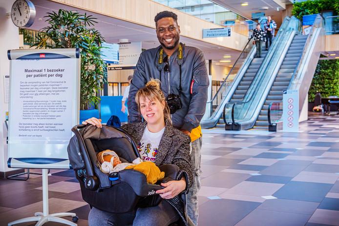 Daisy van Knotsenburg en haar vriend komen net met hun pasgeboren eerste kindje het Reinier de Graaf Ziekenhuis uit terwijl