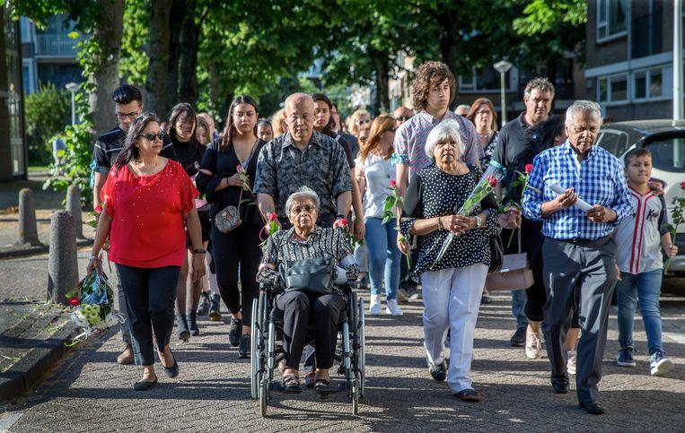 Eind juni werd door nabestaanden en buurtbewoners een stille tocht voor Rinia Chitanie georganiseerd.   Beeld Jean-Pierre Jans