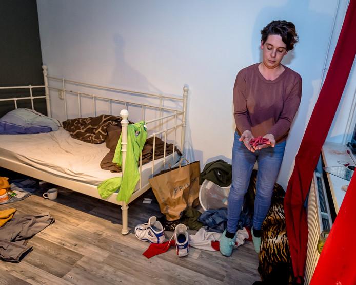 Samantha van den Berg in haar geruïneerde huis op de kamer van de dochter waar huis is gehouden, gesloopt en vuurwerk is afgestoken. Ze is er kapot van.