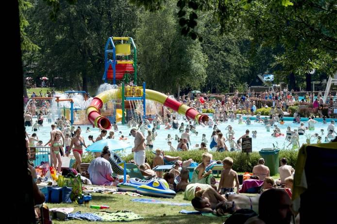 Topdrukte in het Apeldoornse Boschbad. Foto Kevin Hagens