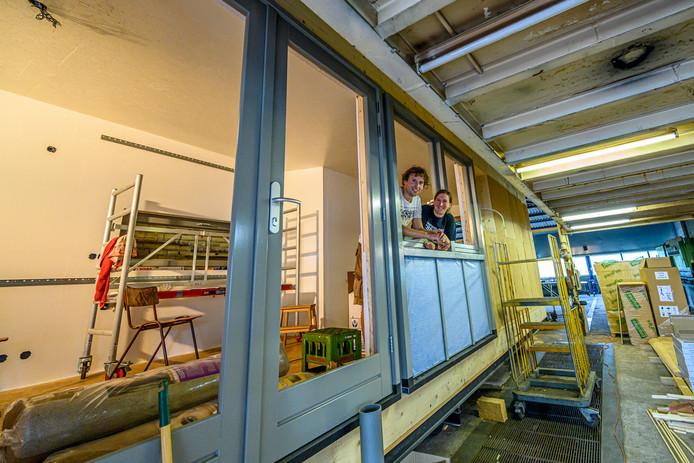 Dion Nieuwenhuijze en Heleen Verdaasdonk bouwen een tiny house in een loods in Schijf, in afwachting van een plekje in de gemeente Rucphen om het huisje te plaatsen.