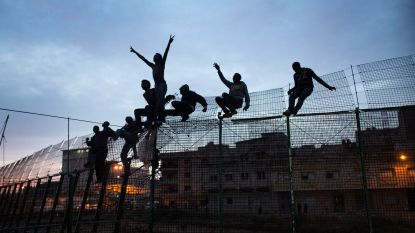 Honderden migranten bestormen hek Spaanse enclave in Marokko
