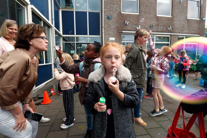 Leerlingen basisschool De Singel in Willemstad verlieten deze laatste schooldag de school met een bellenblaas, om het schooljaar uit te blazen.