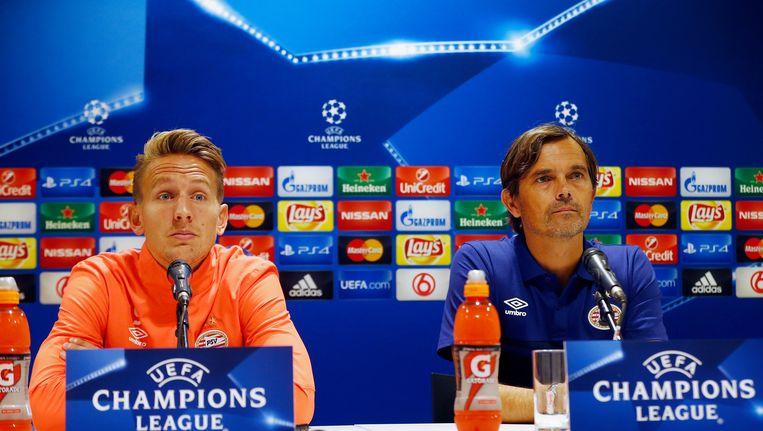 Luuk de Jong (L) en trainer Phillip Cocu tijdens de persconferentie Beeld anp