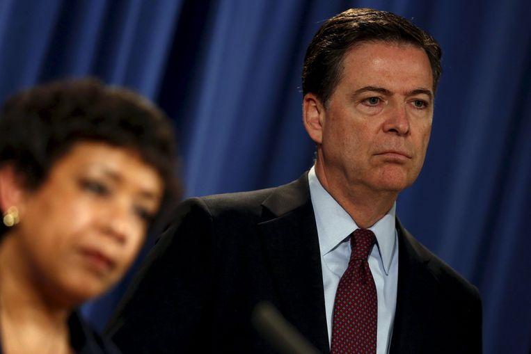 FBI-directeur James Comey en minister van Justitie Loretta Lynch. President Obama ontkende in april dat hij het justitieel onderzoek naar Clinton bespreekt met het tweetal. Beeld Reuters