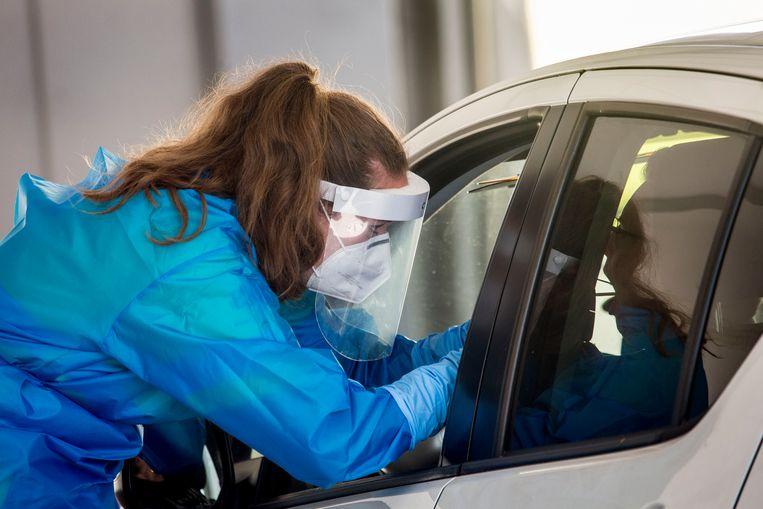 Corona-teststraat in Venlo, met een capaciteit van 720 testen per dag. Meer Nederlanders laten zich de laatste dagen testen om na te gaan of ze zijn besmet met het coronavirus.  Beeld Arie Kievit