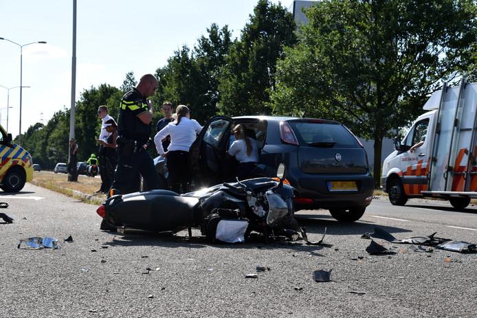 Een motorrijder is zwaargewond geraakt bij een aanrijding met een personenauto op de Van Rosenburgweg in Nijmegen