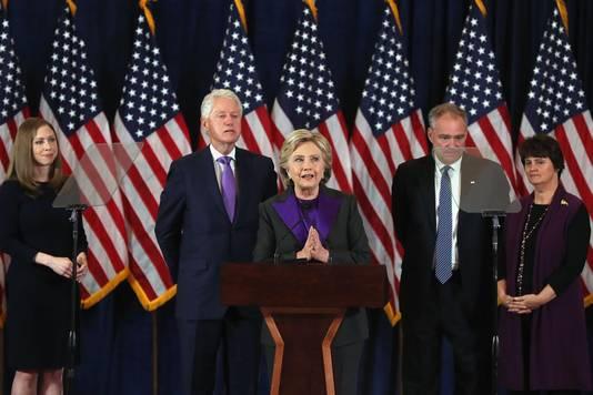 Hillary Clinton (midden) tijdens haar speech gistermiddag Nederlandse tijd.