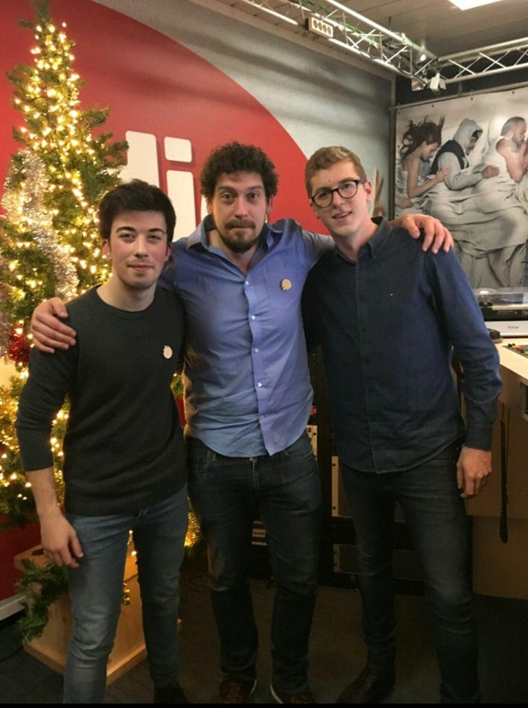 Simon en Tibo, hier op de foto met presentator Vincent Byloo, hoorden het nieuws bij Studio Brussel.