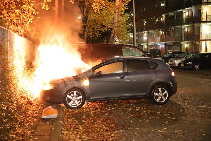Een in brand gestoken auto op de Diepenbrockstraat, afgelopen weekeinde.