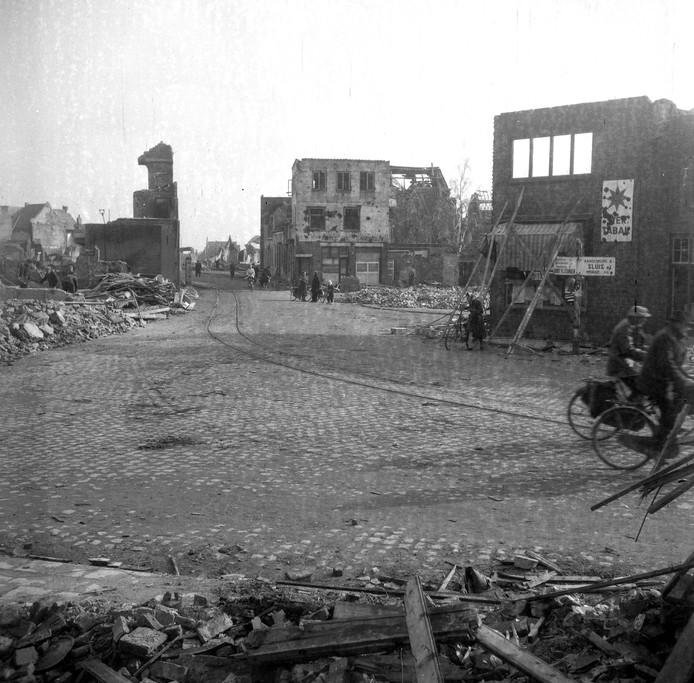Oorlogsverwoestingen 1944-1945 in Oostburg op de driesprong Zuidzandsestraat (links), Nieuwstraat (voorgrond en rechts) en Markt (achter-midden).