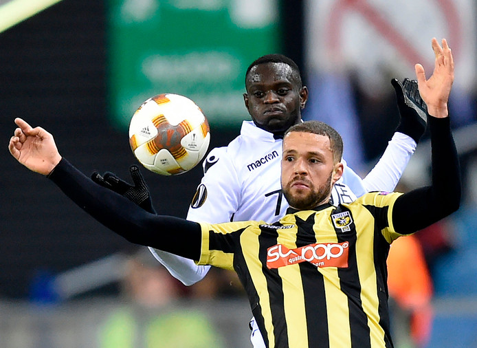Luc Castaignos in de Europa League in gevecht met Racine Coly van Nice.
