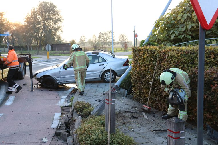 De brandweer van Zele kwam de brokstukken opruimen en de weg weer vrij maken.