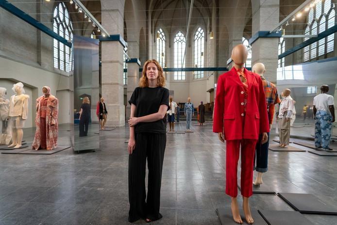 Renee van der Hoek, curator van de mode-expositie in De Kerk in Arnhem.