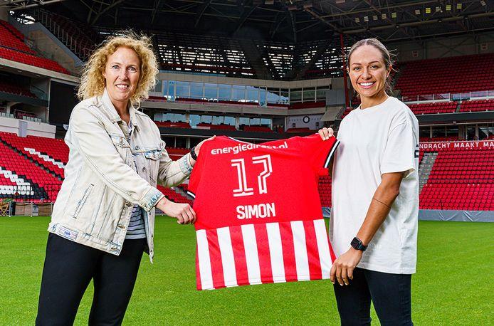 Presentatie Kyah Simon (rechts) in het Philips Stadion. Links manager vrouwenvoetbal Sandra Doreleijers.
