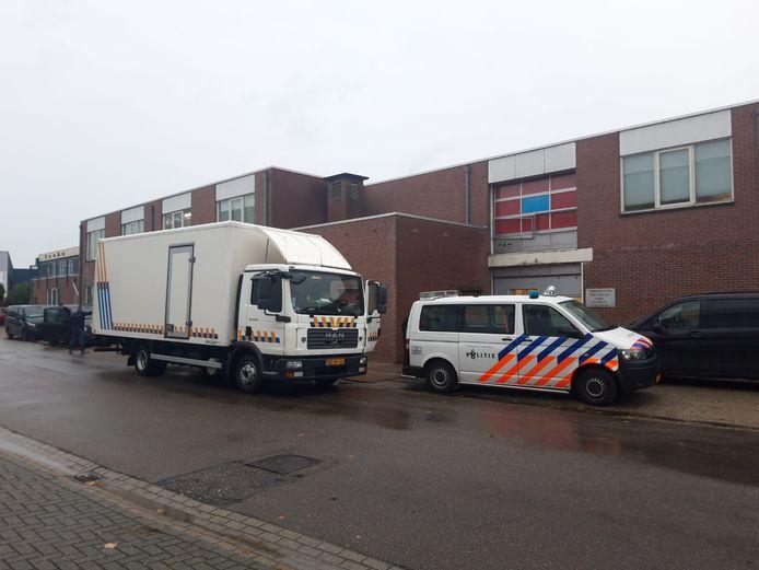 De politie bij het pand in Dinxperlo waar de wietkwekerij is opgerold.