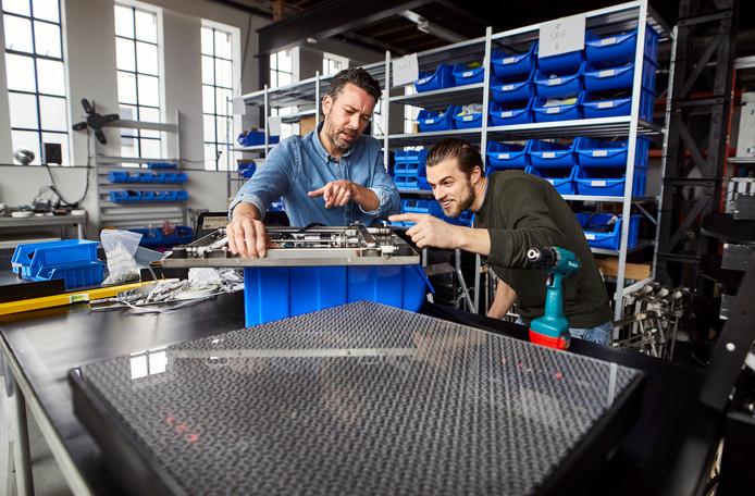Michel Smit (links) van Energy Floors met de energie opwekkende schoolpleintegel.